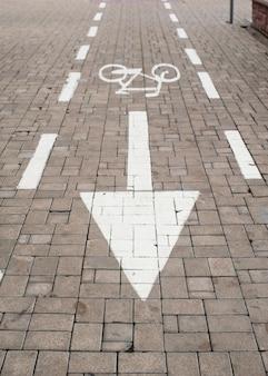 Znak roweru lub ikona na drodze w parku