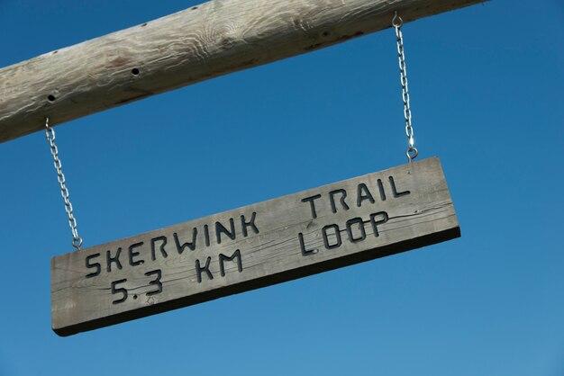 Znak skerwink trail, port rexton, półwysep bonavista, nowa fundlandia i labrador, kanada