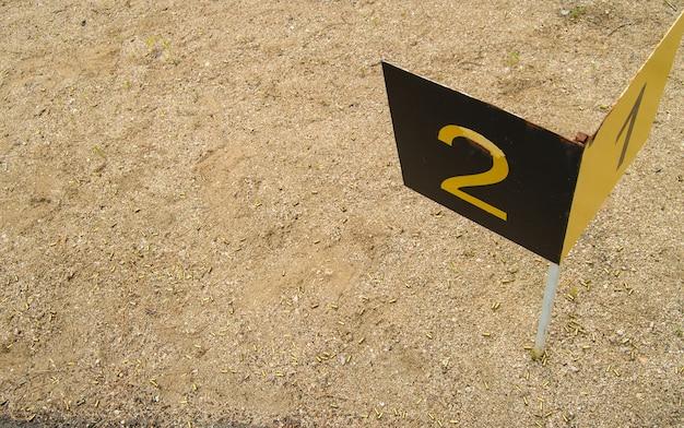 Znak sportowego kamienia milowego z numerami 1,2 na strzelnicy treningowej, na otwartej przestrzeni ałtaj, belokurikha.