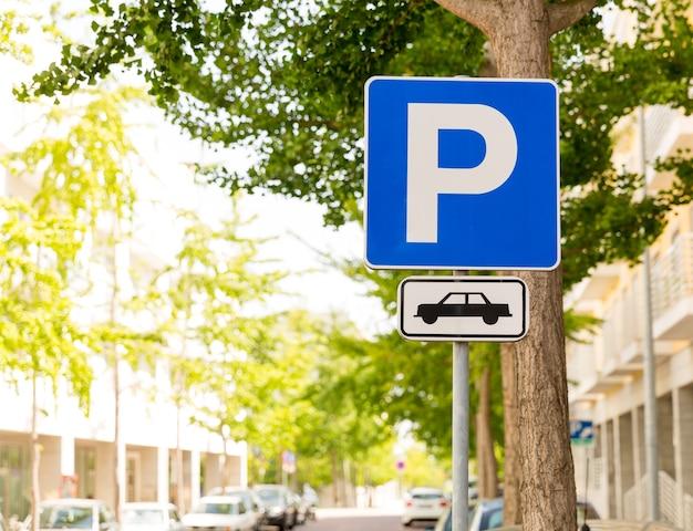 Znak strefy parkowania na ulicy