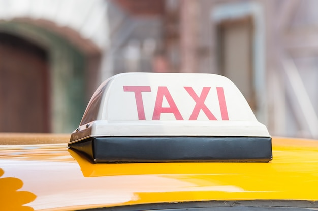 Znak taksówki na dachu samochodu