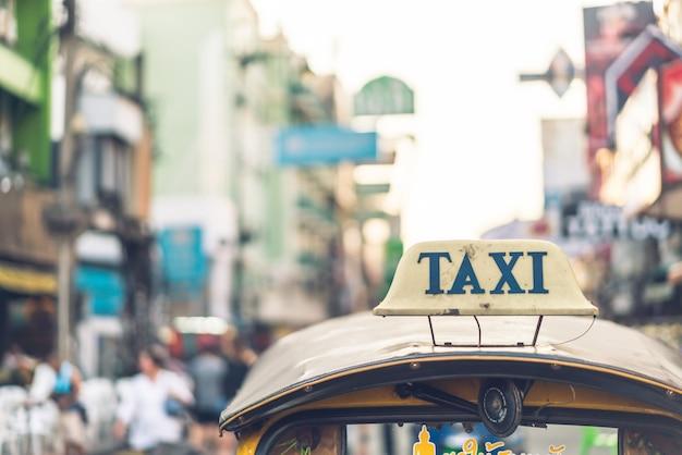 Znak taksówki na szczycie tuk-tuk