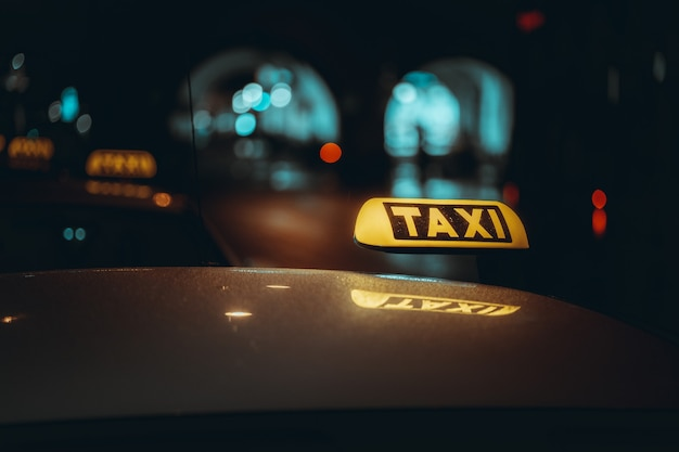 Znak taksówki w nocy.