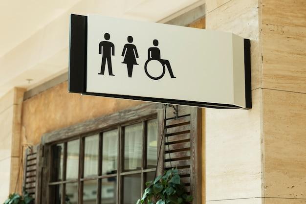 Znak toalety: mężczyzna, kobieta i niepełnosprawny w centrum handlowym. zbliżenie.