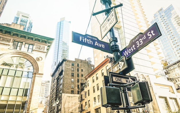 Znak uliczny fifth ave i west 33rd st w nowym jorku
