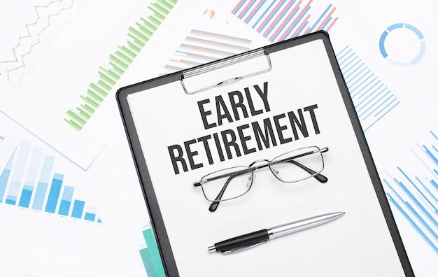 Znak wczesnej emerytury. koncepcyjne tło z wykresu, dokumentów, długopisu i okularów