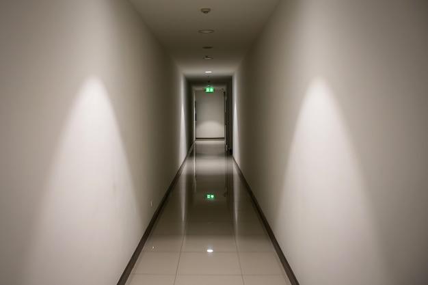 Znak wyjścia ewakuacyjnego wskazuje drogę do ucieczki.
