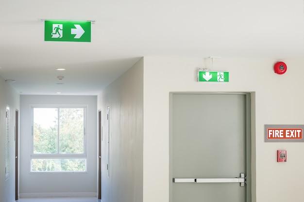 Znak wyjścia ognia ze światłem na drodze w hotelu lub biurze