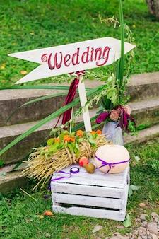 Znak z określonym kierunkiem. piękny design. ślub.