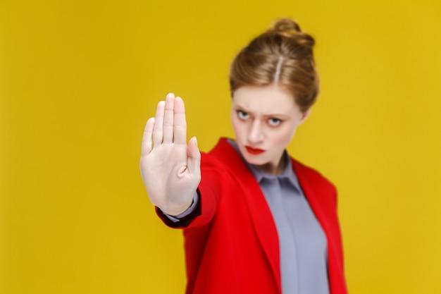 Znak zakazu imbir czerwona głowa biznes kobieta w czerwonym garniturze pokazując stop rękę