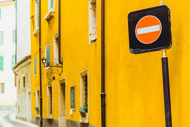 Znak zakazu na wąskim pasie w europejskim mieście.