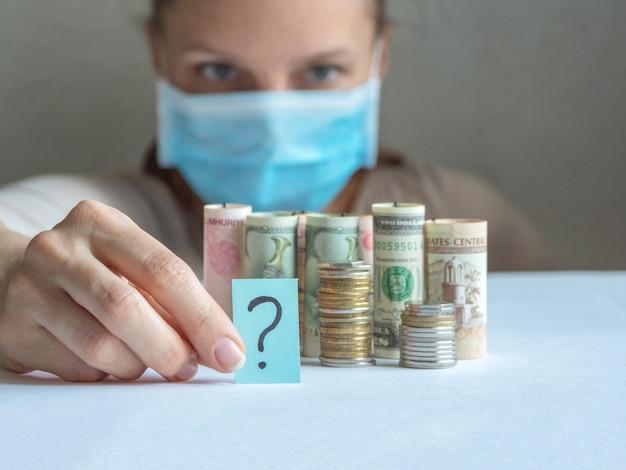 Znak zapytania i pieniądze. pandemia i kryzys gospodarczy koncepcji