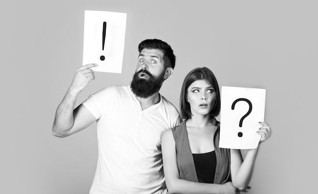 Znak zapytania. kłótnia między dwojgiem ludzi. mąż i żona nie rozmawiają, kłócą się. kobieta i mężczyzna pytanie, wykrzyknik. para w kłótni. czarny i biały.