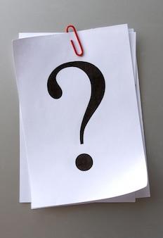 Znak zapytania na kartce papieru