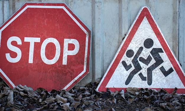 Znaki drogowe leżą na ziemi. pojęcie bezpieczeństwa ruchu drogowego.