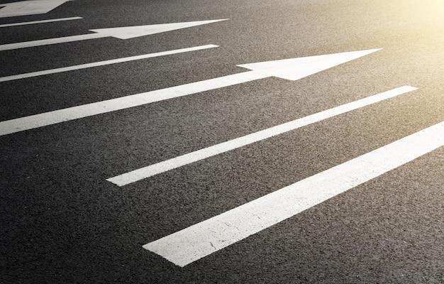 Znaki drogowe malowane na drodze