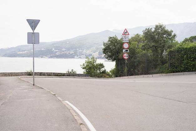 Znaki drogowe wzdłuż nadmorskiej drogi
