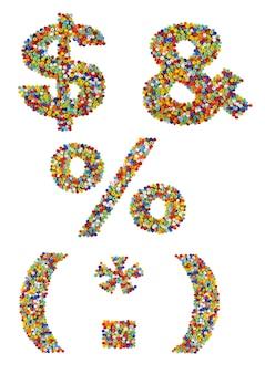 Znaki interpunkcyjne wykonane z kolorowych szklanych koralików na białym