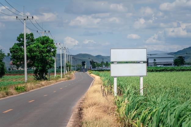 Znaki na drodze z błękitnym niebem
