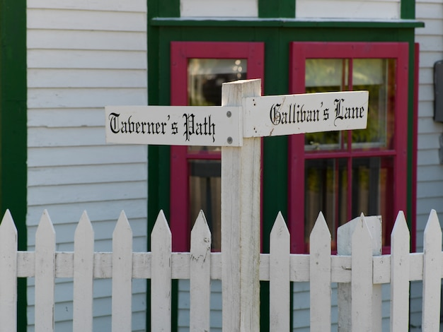 Znaki nazwy ulicy na płot, trinity, półwysep bonavista, nowa fundlandia i labrador, kanada