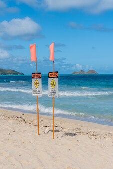 Znaki ostrzegawcze na plaży
