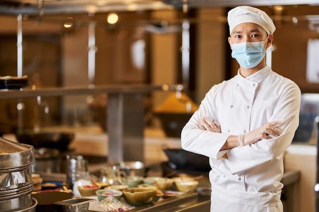 Znakomity Mężczyzna Kucharz Pozuje W Swoim Miejscu Pracy Premium Zdjęcia