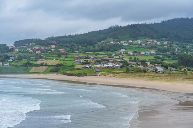 Znana lokalizacja surfingu na plaży patin w północno-zachodniej hiszpanii