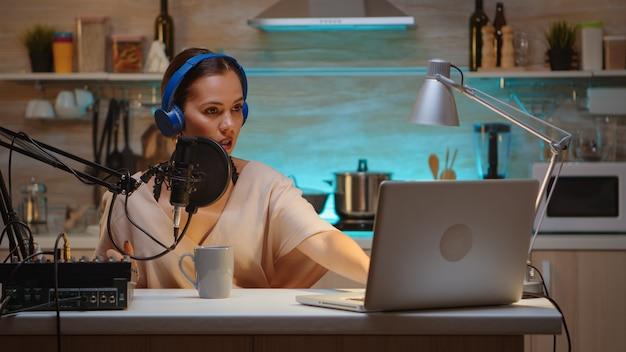 Znany bloger przesyłający strumieniowo z domowego studia przy użyciu profesjonalnego sprzętu do nagrywania. internetowa transmisja internetowa na antenie pokazuje hosta transmitującego treści na żywo, nagrywającego cyfrową komunikację w mediach społecznościowych