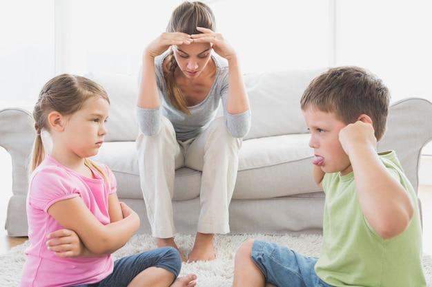 Zniechęca matka słuchająca swoich małych dzieci walczy