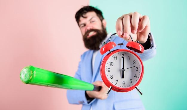 Zniszcz lub wyłącz. mężczyzna garnitur trzymać zegar i kij baseballowy w ręce. koncepcja dyscypliny biznesowej. zarządzanie czasem i dyscyplina. dyscyplina i sankcje. boss agresywna twarz trzyma budzik.
