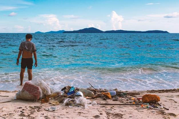 Zniszczenie natury ręką człowieka. z śmieci domowych wyrzucanych do morza.