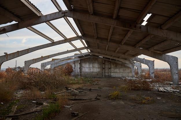 Zniszczona rama żelbetowa i część dachu