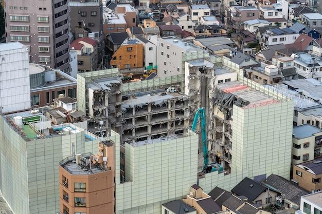 Zniszczony budynek wśród tokyo cityscape z bunkyo civic tover, japan, shinjuku building cityscape