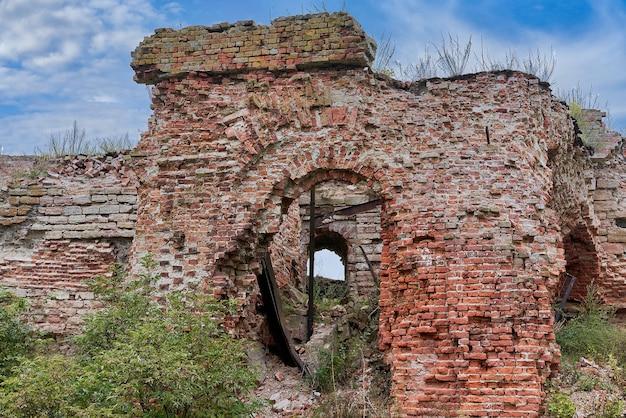 Zniszczony ceglany budynek na terenie twierdzy oreshek