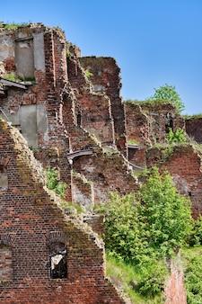 Zniszczony ceglany budynek na terenie twierdzy oreszek