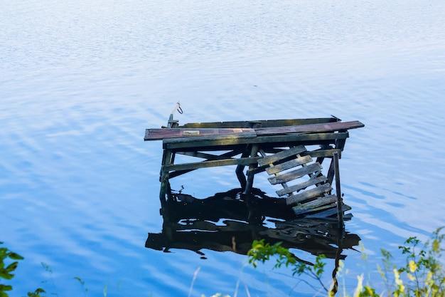 Zniszczony drewniany pomost na rzece