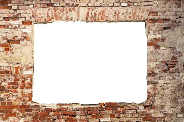 Zniszczony mur ze starych cegieł z dziurą pośrodku. na białym tle. rama grunge. rama pozioma. zdjęcie wysokiej jakości