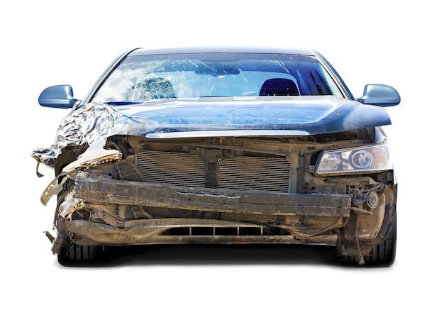 Zniszczony samochód z przodu na białym tle