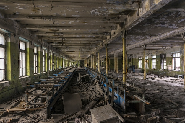 Zniszczony zakład produkcyjny w starej fabryce.