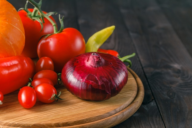 Żniwa. zdrowa żywność: świeże, dojrzałe warzywa