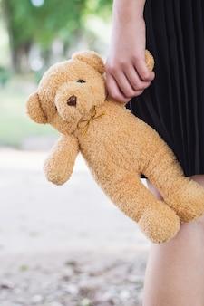 Znosi zabawkę w ręce nastoletnia dziewczyna na młodość dniu.