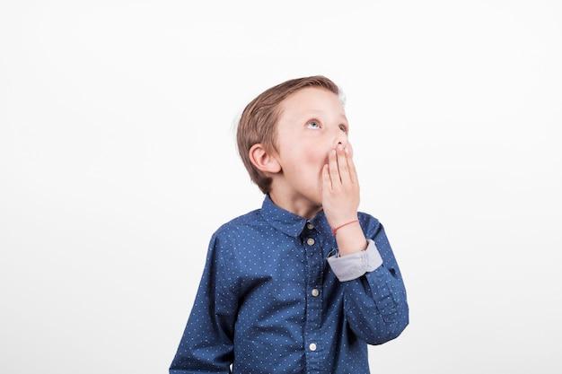 Znudzona chłopiec w niebieskiej koszuli