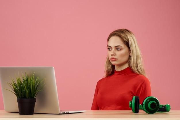Znudzona kobieta patrzeje laptop