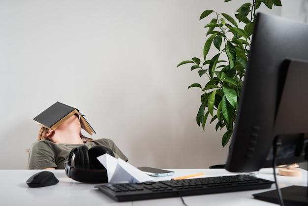 Znudzona kobieta śpi w miejscu pracy