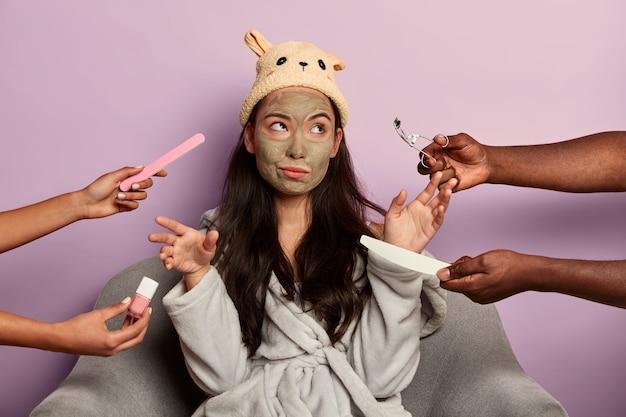 Znudzona niezadowolona kobieta odmawia wszelkich zabiegów kosmetycznych, niezadowolona z pielęgnacji w salonie spa