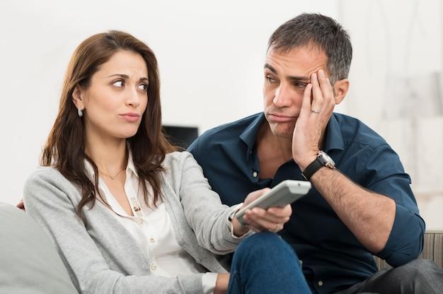 Znudzona para oglądająca telewizję
