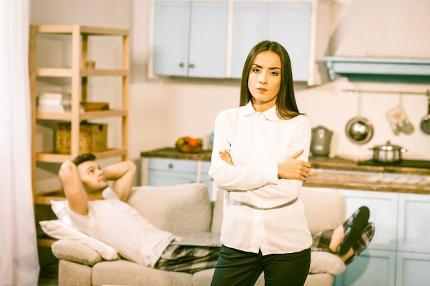 Znudzona para w domu w oczekiwaniu na zakończenie kwarantanny