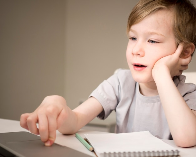 Znudzone dziecko słucha lekcji online