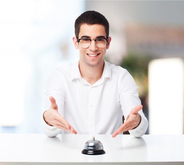 Znudzony człowiek rozmawia starego telefonu