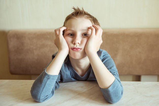 Znudzony mały chłopiec w salonie